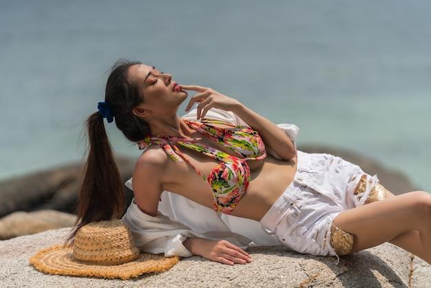 Portrait de femme posant à l'extérieur sur la plage de la mer