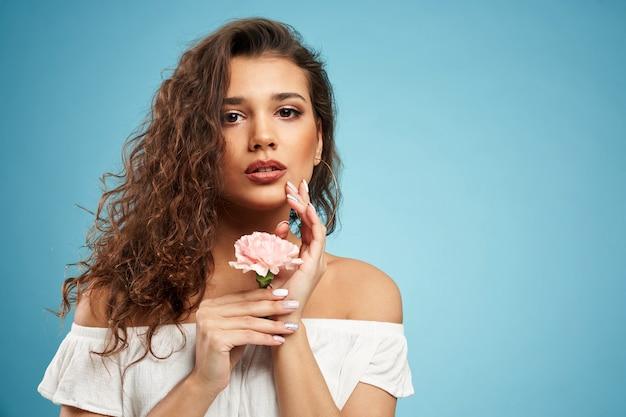 Portrait de femme posant avec fleur