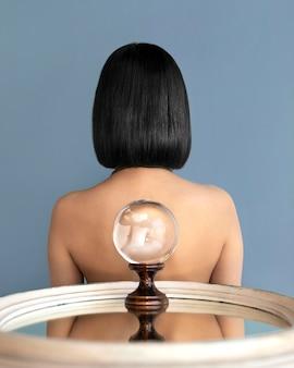 Portrait femme posant avec globe