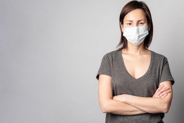 Portrait de femme posant avec un masque chirurgical