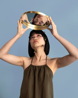 Portrait femme posant avec miroir