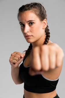 Portrait de femme en position de combat