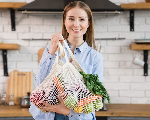 Portrait de femme positive fière des légumes biologiques