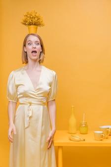 Portrait, femme, pot, fleur, tête, scène jaune