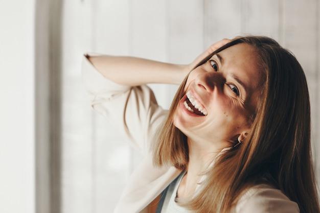 Portrait d'une femme de profil. le visage est couvert de poils. le concept de soins de la peau, de cosmétiques naturels, d'éruption brésilienne, de chimie, de peinture au henné