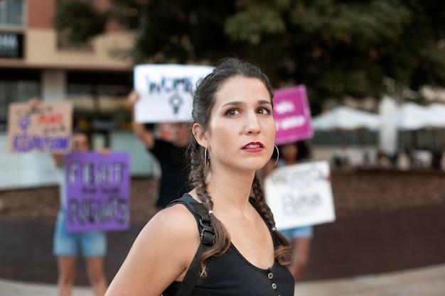 Portrait de femme protestant pour ses droits