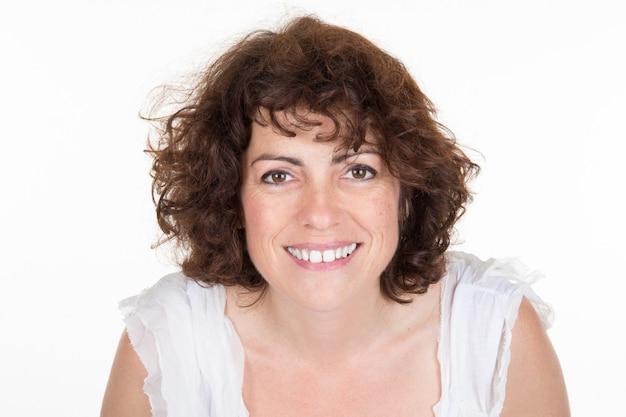 Portrait de femme de quarante ans souriante