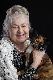 Portrait d'une femme de quatre-vingt-dix ans avec un chat