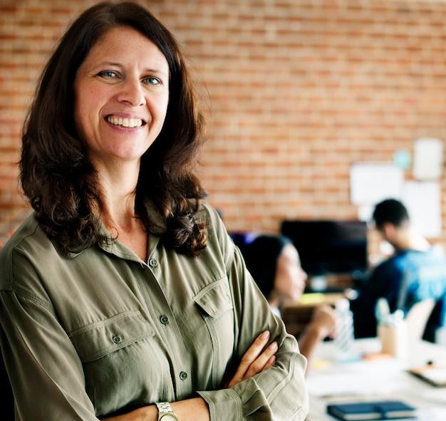 Portrait de femme de race blanche au bureau
