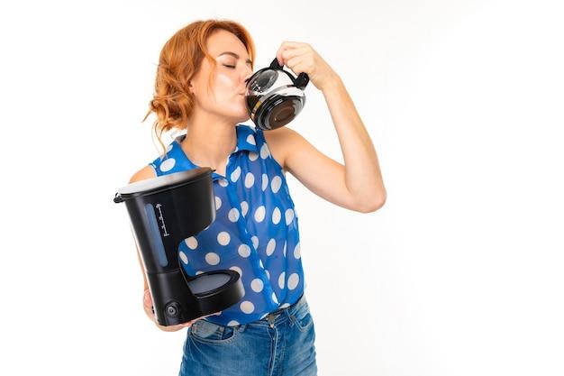Portrait de femme de race blanche aux cheveux roux, joli visage en t-shirt bleu et short avec aspirateur