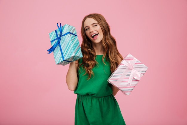 Portrait d'une femme ravie heureuse en robe