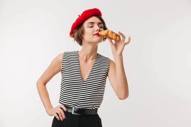 Portrait d'une femme ravie portant un béret rouge