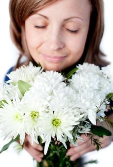 Portrait d'une femme ravie tenant un bouquet de fleurs