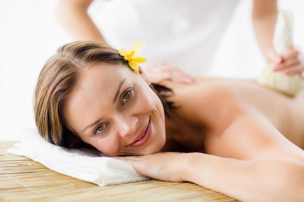 Portrait, femme, réception, herbal, compresse, massage