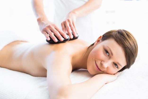 Portrait de femme recevant un massage aux pierres chaudes
