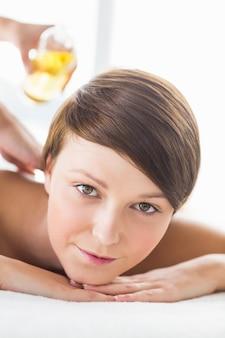 Portrait de femme recevant un massage à l'huile