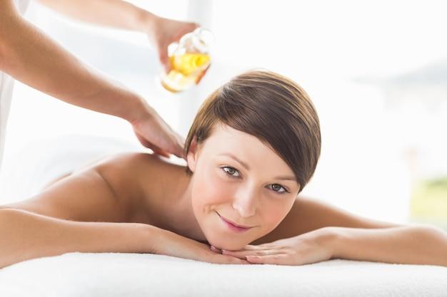Portrait de femme recevant un traitement de massage à l'huile