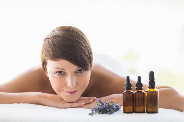 Portrait de femme relaxante au spa