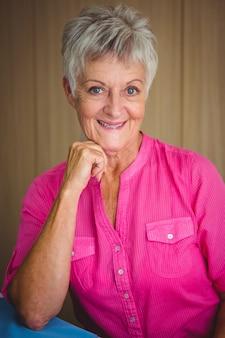 Portrait d'une femme à la retraite souriante