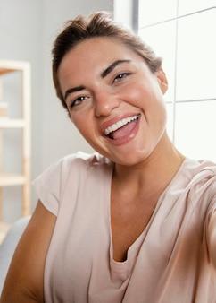 Portrait de femme en riant