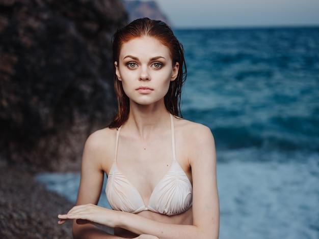 Portrait de femme romantique bouchent l'océan nature et le maquillage. photo de haute qualité