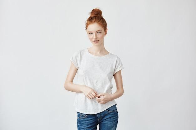 Portrait de femme rousse intelligente flirter sentiment d'insécurité encore pour rencontrer son petit ami. jeans et chignon