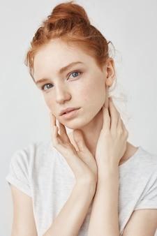 Portrait de femme rousse naturelle sur blanc