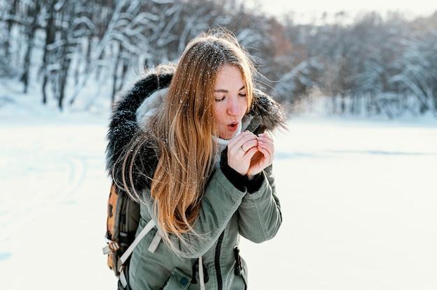 Portrait femme avec sac à dos le jour de l'hiver