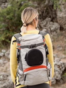 Portrait femme avec sac à dos