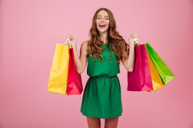 Portrait d'une femme satisfaite souriante en robe en riant
