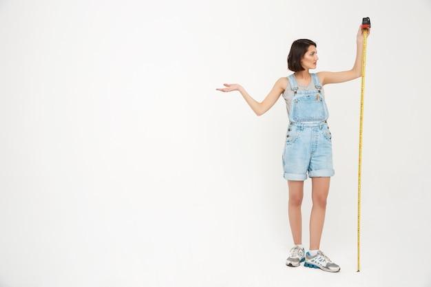 Portrait de femme se mesurer avec du ruban adhésif