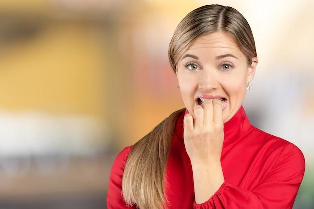 Portrait de femme séduisante élégante jolie charmante effrayée avec la bouche ouverte