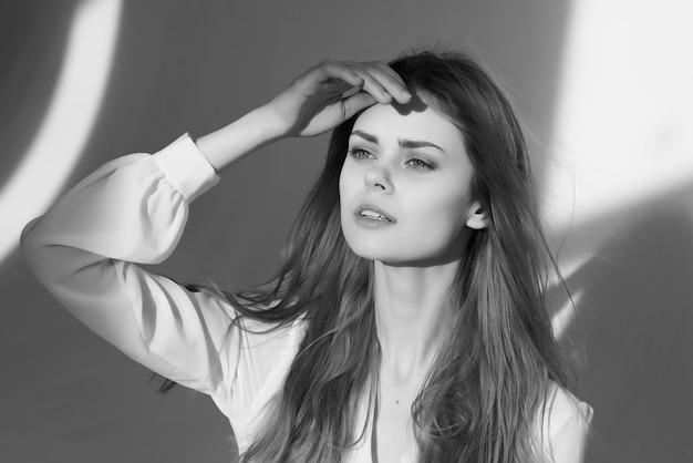 Portrait d'une femme séduisante look photo noir et blanc luxe