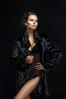 Portrait d'une femme séduisante en manteau de fourrure