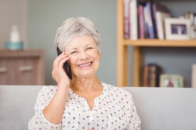 Portrait de femme senior à l'aide de téléphone portable