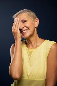 Portrait de femme senior coup moyen