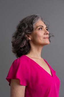 Portrait de femme senior élégante souriante
