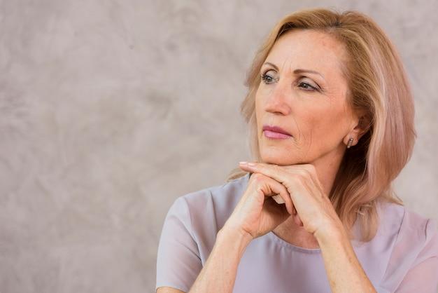 Portrait de femme senior avec espace de copie