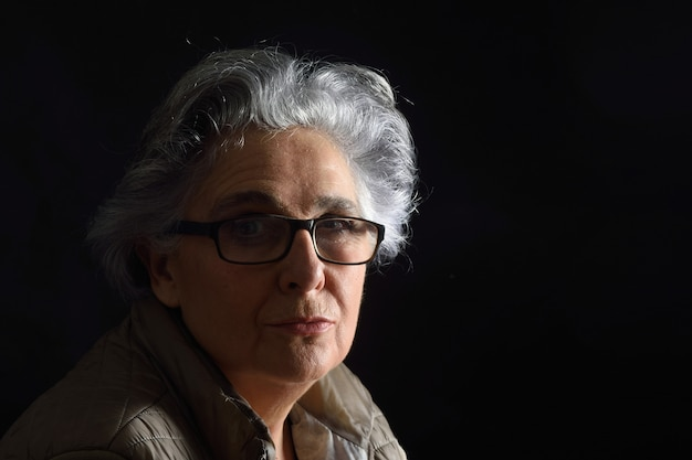 Portrait d'une femme senior sur fond noir