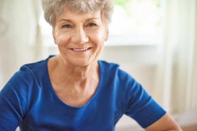 Portrait de femme senior joyeuse et attrayante