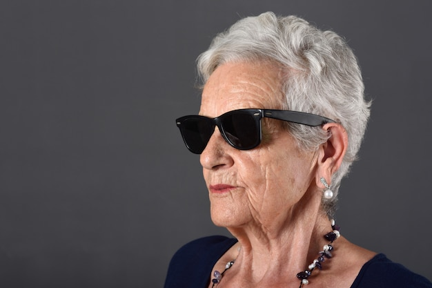 Portrait d'une femme senior avec des lunettes