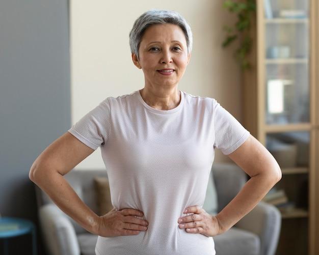 Portrait de femme senior posant à la maison