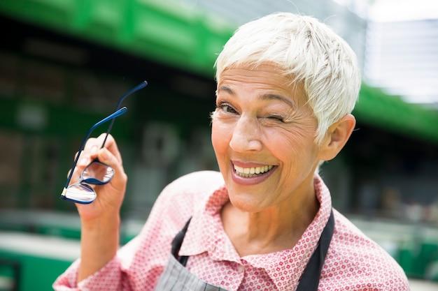 Portrait d'une femme senior qui fait allusion