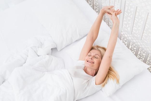 Portrait de femme senior se réveiller le matin