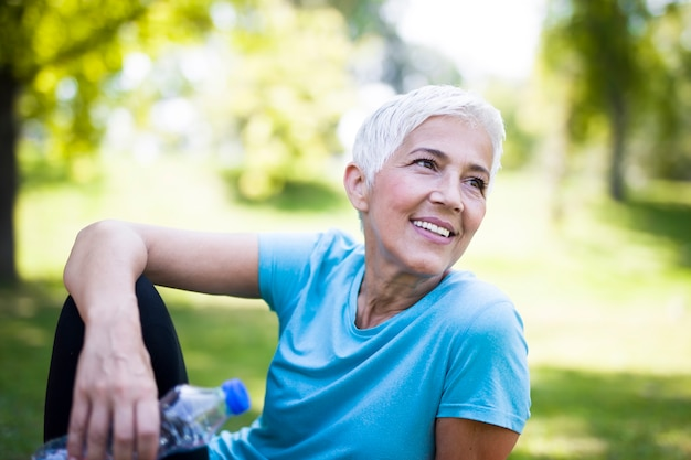 Portrait de femme senior souriante relaxante après l'exercice