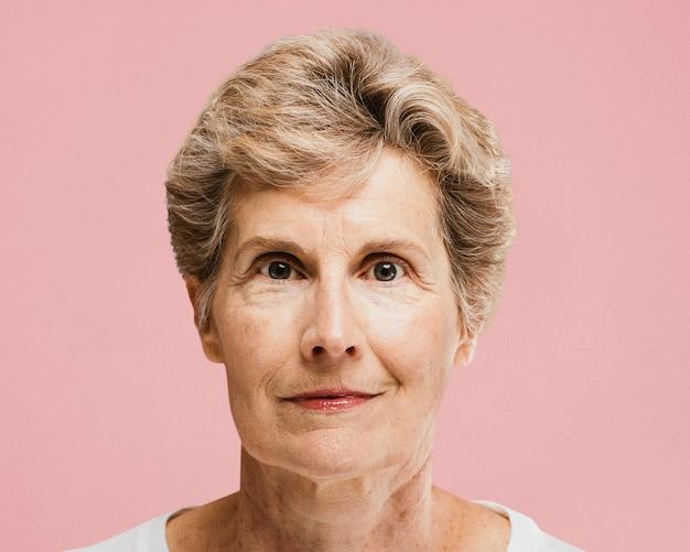 Portrait de femme senior souriante, visage en gros plan