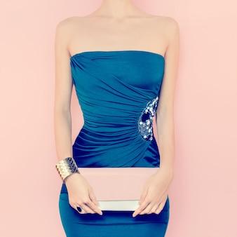 Portrait de femme sensuelle en robe de soirée