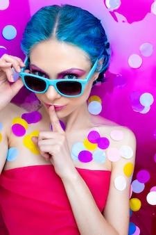 Portrait de femme sexy fashion jeune avec des cheveux bleus se détendre dans le bain.