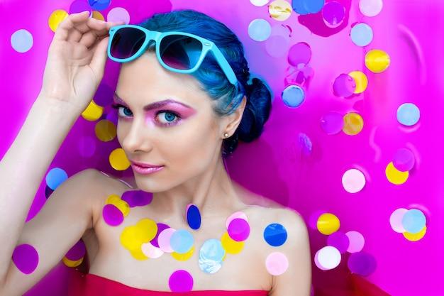 Portrait de femme sexy luxe fashion jeune avec des cheveux bleus se détendre dans la baignoire.