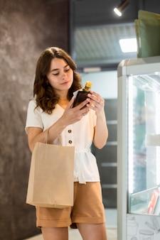 Portrait de femme shopping produits bio
